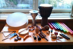 Sammlung von Musikinstrumenten für den Einsatz im Workshop